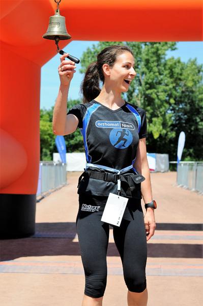 Kathrin Pfefferkorn läutet nach 100 Kilometern des RHEIN-AHR-MARSCH die Zielglocke